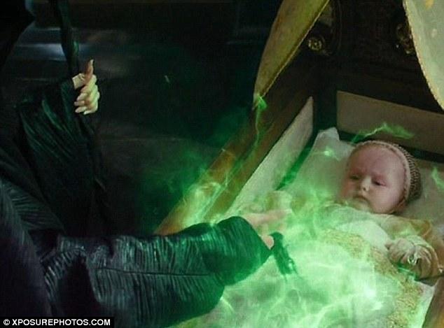 赤ちゃんに呪いをかけるマレフィセント